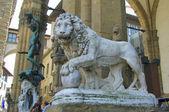 Llion in de buurt van palazzo vecchio in florence. Italië. Europa. — Stockfoto