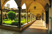 Internal court yard of basilica Santa Croce (Basilica of the Holy Cross) in Florence, Italia. — Stock Photo