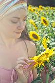 Kobieta i słoneczniki — Zdjęcie stockowe