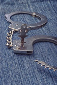 Handcuffs and keys — 图库照片