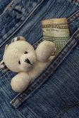 Poche de jeans avec le jouet de l'enfant et de l'argent — Photo