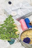 框中的线程和针头和圣诞树装饰品 — 图库照片