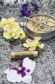Nástroje pro šití a květinové dekorace — Stock fotografie
