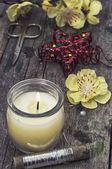 Composizione con strumenti di cucito e decorazioni floreali — Foto Stock
