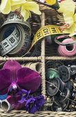 Herramientas de costura y decoraciones florales — Foto de Stock