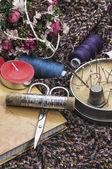 Strumenti per cucire e decorazioni floreali — Foto Stock