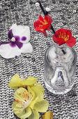 Composición con herramientas de costura y decoraciones florales — Foto de Stock