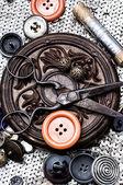 Botões e zíper no fundo da ferramenta de costura — Fotografia Stock