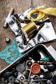 Bottoni e cerniera sul fondo dello strumento per cucire — Foto Stock