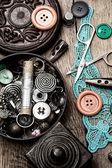 Przyciski i zamek na tle narzędzia do szycia — Zdjęcie stockowe