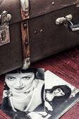 Retro fotografering snygga tjejer och gamla väska — Stockfoto