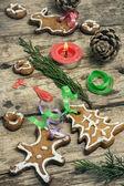 Decorazioni natalizie e gustosi biscotti — Foto Stock