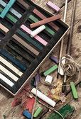 Kredki i szczotki do malowania — Zdjęcie stockowe