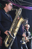 Koen Schouten plays baritone sax with band members — Stock Photo