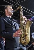 Jeroen van Genuchten dressed in a suit plays tenor sax — Stock Photo