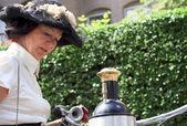 蒸気自転車と期女性ドレスアップします。 — ストック写真