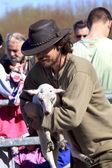 пастух и новорожденного ягненка — Стоковое фото
