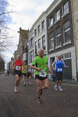 Contesters running through the old centre of Dordrecht — Stock Photo