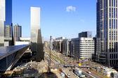 Horizonte de la ciudad y la construcción de la estación central de rotterdam — Foto de Stock