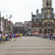 Runners in the market square in Delft — Stock Photo
