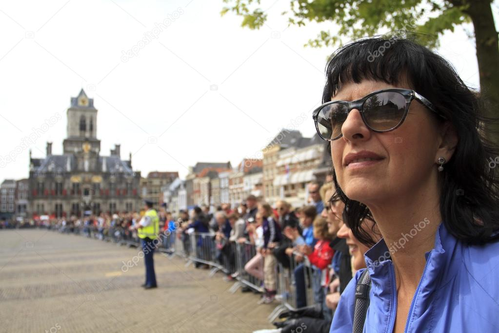 DELFT, NETHERLANDS - MAY 17 2012: The 25th edition Trompper Optiek Golden Tenloop on Thursday 17 May 2012. Spectators waiting in anticipation on the market square in Delft — 图库照片 #15537755