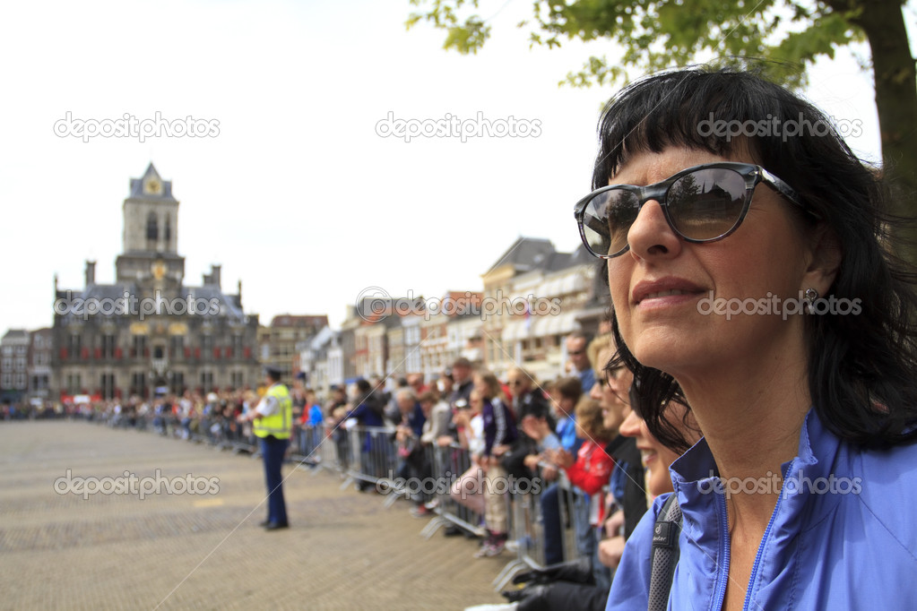 DELFT, NETHERLANDS - MAY 17 2012: The 25th edition Trompper Optiek Golden Tenloop on Thursday 17 May 2012. Spectators waiting in anticipation on the market square in Delft  Foto de Stock   #15537755
