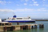 Schip verlaten van de haven van dover in engeland — Stockfoto