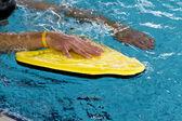 Homem usando uma bóia para treinar natação techniek — Fotografia Stock