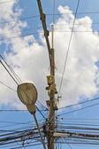 Câbles de distribution chaotique et désordonné — Photo