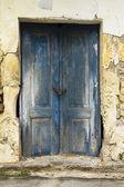 Vieille ruine avec portes bleues — Photo