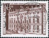 在奥地利,打印一张邮票显示行政法院,由萨洛蒙 · 克莱因 1976 年前后 — 图库照片
