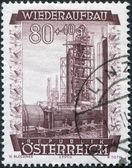 Een stempel gedrukt in oostenrijk, toont een herstel plant voor het raffineren van olie, circa 1948 — Stockfoto