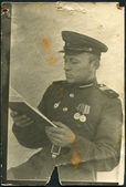 USSR - CIRCA 1949: Photo taken in the USSR, is shown reading a sergeant of the Red Army, circa 1949 — Foto de Stock