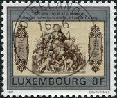 Люксембург - около 1981: штамп напечатан в Люксембурге, посвящен 125-летию Международного банка Люксембурга, представлены первые банкноты — Стоковое фото