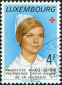 Luksemburg - 1974: znaczek wydrukowany w luksemburgu, pokazuje księżniczka marie-astrid, prezes luksemburga czerwony przekroju młodzieży, 1974 — Zdjęcie stockowe