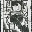 un francobollo stampato in Italia, dedicato al ventesimo anniversario del movimento di resistenza italiana durante la seconda guerra mondiale, ha illustrato i soldati italiani — Foto Stock