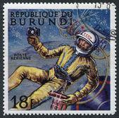 Een stempel gedrukt in de burundi, gewijd aan de eerste afslag in de ruimte, ca. 1968 — Stockfoto