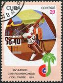 Un sello impreso en cuba, está dedicado a los juegos centroamericanos y del caribeños, lanzamiento de jabalina, circa 1982 — Foto de Stock