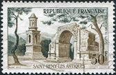 Een stempel gedrukt in frankrijk, toont dat een romeinse ruïnes, saint-remy, circa 1957 — Stockfoto