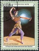 """Een stempel gedrukt in cuba, gewijd aan de internationale ballet festival, toont een scène uit het ballet """"de rivier en het bos"""", circa 1976 — Stockfoto"""