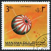 Een stempel gedrukt in de manama, toont de eerste italiaanse satelliet san marco, ca. 1968 — Stockfoto