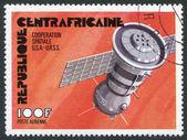Een stempel gedrukt in de de centraal-afrikaanse republiek, betreffende de samenwerking in de ruimte tussen de vs en de ussr, circa 1976 — Stockfoto