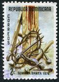 Een stempel gedrukt in de dominicaanse republiek, toont de kroon van doornen, hulpmiddelen aan het kruis, circa 1978 — Stockfoto