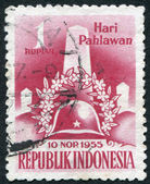A stamp printed in the Indonesia, is devoted to Heroes' Day. Memorial Column, Wreath and Helmet, circa 1955 — Stock Photo