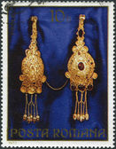 ROMANIA - CIRCA 1973: A stamp printed in the Romania, shows the gold jewelery from Pietroasa, Fibulae (brooch), circa 1973 — Stock Photo