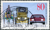 Alemania - Circa 1986: un sello impreso en la Alemania, dedicada al 100 aniversario del automóvil, se muestra benz triciclo, coche del salón, 1912 y automóvil moderno, cir — Foto de Stock