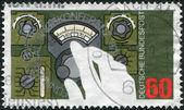Alemanha - por volta de 1979: um selo impresso na alemanha, dedicada à conferência mundial de radiocomunicações, em genebra, é retratado mão configuração dial do rádio, por volta de 1979 — Foto Stock