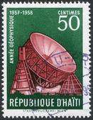 Haïti - circa 1958: een stempel gedrukt in haïti, is gewijd aan internationaal geofysisch jaar (igj), toont een radiotelescope bij jodrell bank, circa 1958 — Stockfoto