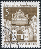 A stamp printed in Germany, shows the Berliner Gate — Stock Photo