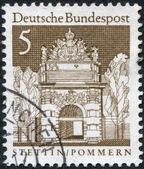 一枚邮票印在德国,显示了柏林花色门 — 图库照片